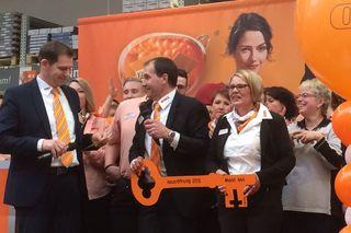 Christian Kautz (von links) übergab den Schlüssel an Marktleiter Martin Reichle und seine Stellvertreterin Manuela Siegel.