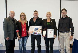 Verleger Klaus Hüttinger (von links) und Tochter Katharina Hüttinger, übergeben die Auszeichnung an Walter und Birgit Wyskiel im Beisein von Jörg Rieger (WOB-Chefredakteur).
