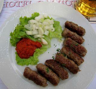 Der Klassiker der kroatischen Küche: Cevapcici mit Ajvar und Zwiebeln.