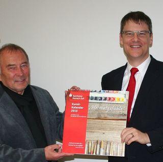 Willi Heine (links) und Bernd Jacobs präsentieren den neuen Kalender.