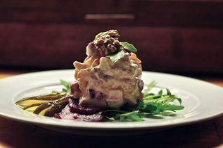 Ein frischer Heringssalat muss nicht immer rustikal serviert werden.