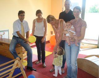 Bürgermeister Bernd Siefermann (links) machte sich vor Ort ein Bild von der mustergültigen Kleinkindbetreuung in Renchen. Unser Bild zeigt außerdem (von links) Erzieherin Verena Köninger, Angela und Mathias Sauer mit Töchterchen Romy sowie Nicole Straub mit ihrem kleinen Maximilian.