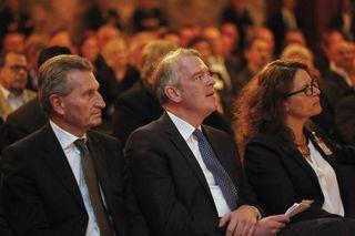 EU-Kommissar Günther Oettinger (links), BVDA-Präsident Alexander Lenders und Isabel Obleser, Geschäftsführerin Stadtanzeiger Verlag.