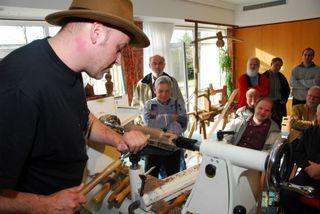 Kurt Knauber aus Weidenstetten führt das Drehen an versetzten Achsen vor.