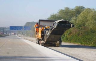 Die Bauarbeiter auf der Autobahn kommen gut voran.