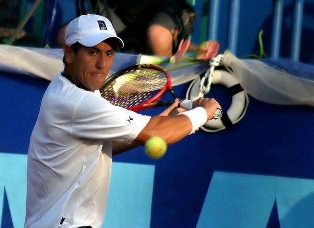Der Rückhand-Slice ist eine vielseitige Waffe auch für diejenigen Tennisspieler, die eher lauffaul sind.