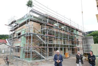 Ulli Nagel stellt im Beisein von Bürgermeisterstellvertreter Udo Prange und Architekt Thomas Kopf den Bau vor.