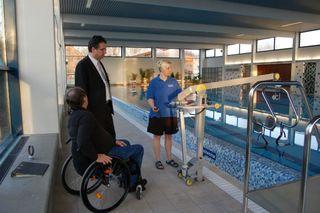 Bürgermeister Michael Welsche, Hans Erk und Diana Häfele bei einem Vororttermin im Hallenbad Freistett.