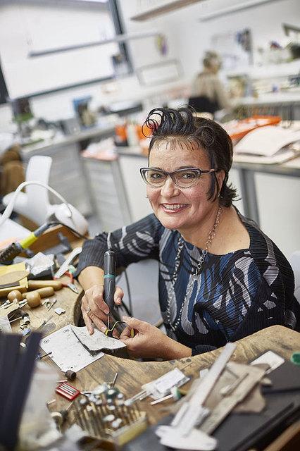 120 Jahre alt ist der Arbeitstisch von Brillendesignerin Marion Frost, an dem sie schon in ihrer Lehre zur Goldschmiedin gearbeitet hat.