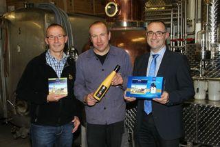 Der Alde Gott lässt sich erstmals auch in hochwertigen Pralinen genießen (von links): Wolfgang Fischer, Uwe Lehmann und Geschäftsführer Günter Lehmann.