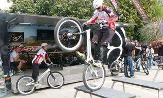 Fliegen am 7. September über die Bühne des Stoffwechsels in Offenburg: die Flying Bike Boys.