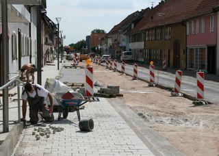 Der Seitenwechsel im dritten und vierten Bauabschnitt der Freistetter Hauptstraße steht bevor: Die Pflasterarbeiten sind im Gange.