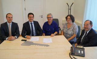 Unterzeichnung des Kaufvertrags (von links): Notar Jens Rohrer, Bürgermeister Stefan Hattenbach, Pfarrer Georg Schmitt, Stiftungsrätin Claudia Baßler, Pfarrer a.D. Wendelin Faller.