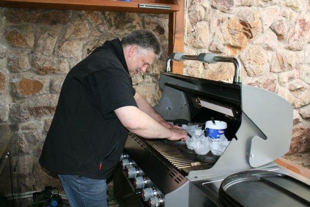 Vorbereitung für die unterschiedlichsten Burgervariationen: Gerhard Volk am Grill.