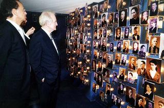 """Bundespräsident Johannes Rau – zusammen mit dem damaligen Oberbürgermeister Wolfgang Bruder (l.) – bei seinem Besuch im Jahr 2002 anlässlich der Einweihung des Salmen zum """"Kulturdenkmal von nationaler Bedeutung"""" in der Ausstellung zur Erinnerung an Offenburger Juden."""