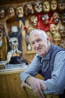 In Nordrach fertigt Berthold Eble zahlreiche Masken für Ortenauer Zünfte und weit darüber hinaus. An den Wänden in seiner Werkstatt sind sie zu sehen.