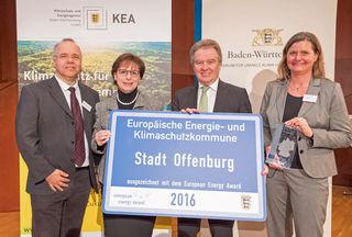 Die Auszeichnung erfolgte in Friedrichshafen: (v.l.) Udo Benz (Ortenauer Energieagentur), Oberbürgermeisterin Edith Schreiner, Minister Franz Untersteller und Offenburgs Klimaschutzmanagerin Bernadette Kurte.