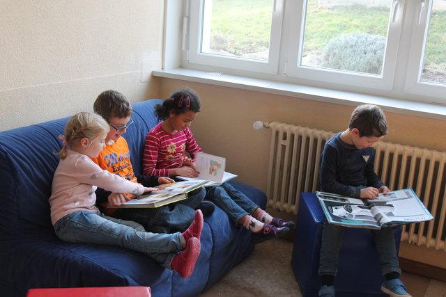Nicht digital: In der Leseecke kommen Kinder über Bücher ins Gespräch.