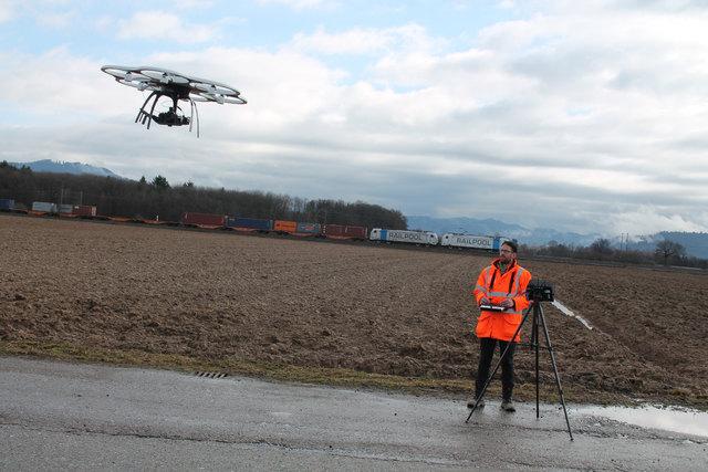 Damit die Güterzüge – wie hier im Hintergrund – in 20 Jahren entlang der Autobahn fahren können, steuert Pilot Rainer Münzberg die Drohne normalerweise in 100 Meter Höhe, um Bilder zu erhalten.