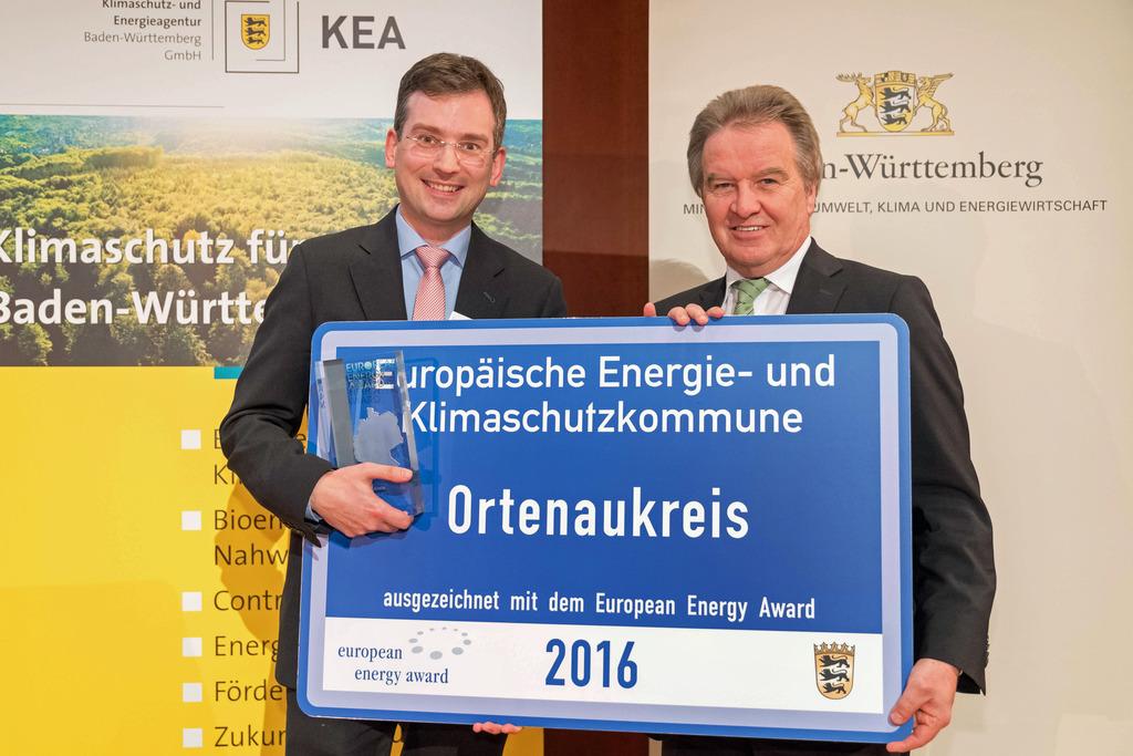 Nikolas Stoermer (links), Erster Landesbeamte des Ortenaukreises, bekommt den European Energy Award von Franz Untersteller überreicht.