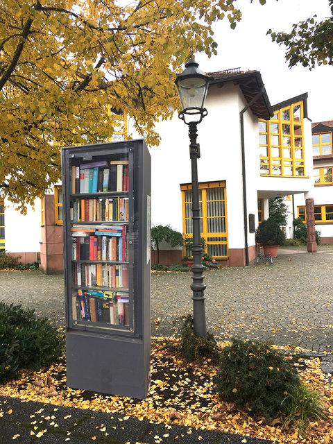 Herausnehmen, was interessiert: In der Dorfmitte wird ein Bücherschrank für die Allgemeinheit eröffnet.