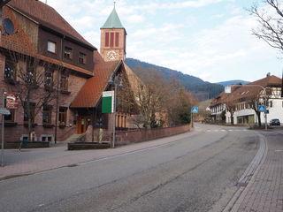 Die Ortsdurchfahrt Seebach wird im Sommer grundlegend saniert. Der LKW-Verkehr wird dafür mehrere Wochen weiträumig, der  Autoverkehr örtlich umgeleitet.