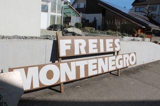 """Am Samstag war das """"Freie Montenegro"""" noch am Boden – heute schwebt es über dem Käfersberger Talkessel zwischen Fessenbach und Ortenberg."""