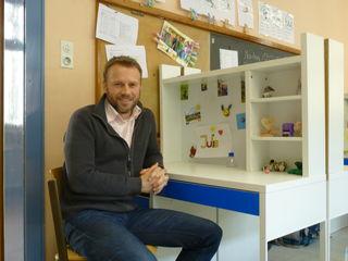 Schulleiter Stefan Benz an einem Schülerlernplatz