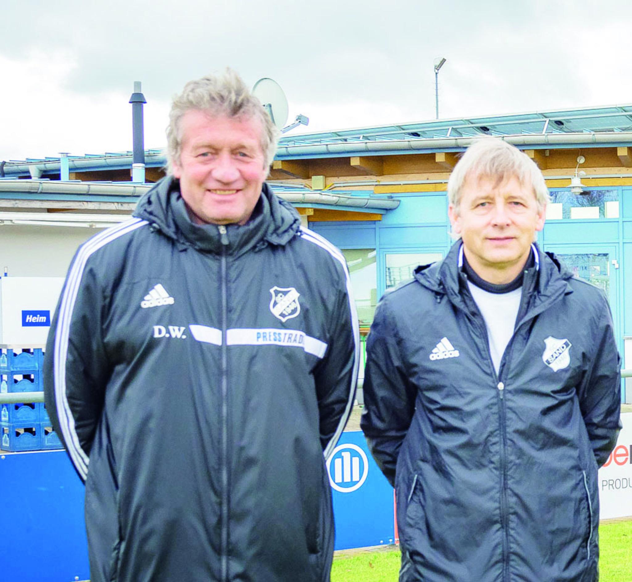 Der sportliche Leiter des SC Sand, Dieter Wendling, begrüßt den neuen Trainer der Bundesligamannschaft, Richard Dura.