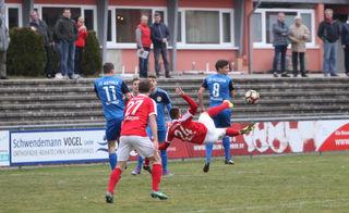Der Offenburger FV (rotes Trikot) hatte im Spiel gegen Astoria Walldorf II alles im Griff und siegte mit 3:0.