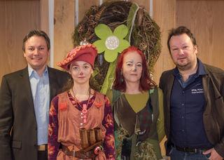 """Freuen sich auf den """"Laufer Theatersommer 2017"""" (von links): Bürgermeister Oliver Rastetter, Clémence Leh (Musik und Schauspiel), Diana Zöller (Regie) und Guido Schumacher (Theater-Intendant)"""
