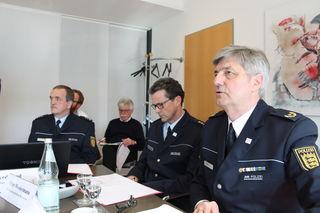 Polizeivizepräsident Reinhard Renter (v.r.), Peter Westermann, Leiter der Verkehrsdirektion, und Gerd Jund, Stabstelle Verkehr, erläutern die Zahlen zum Straßenverkehr.