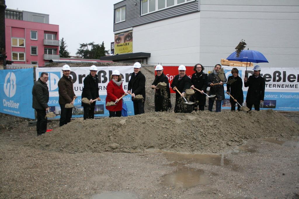 """Mit dem traditionellen Spatenstich beginnt das Bauprojekt """"Kinzighöfe"""" in Kehl."""