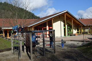 """Die Kinder haben im Garten des Kindergartens """"Unterm Regenbogen"""", der vom Förderverein finanziert wird, viele Möglichkeiten für Aktivitäten."""