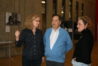 Rektorin Barbara Künzer (rechts) im Gespräch mit Ingrid und Klaus Vielsack, die eine Ausstellung in der Aula vorbereiten.