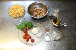 Alles, was man für ein leckeres Pastagericht braucht: Nudeln, Steinpilze und Garnelen.