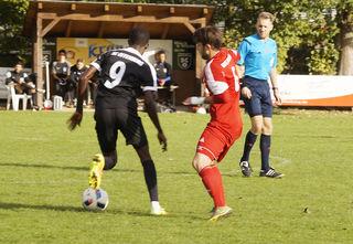 Aliu Cisse (links), der in der nächsten Saison beim Offenburger FV spielt, stand gestern Nachmittag nicht im Kader des SC Offenburg.