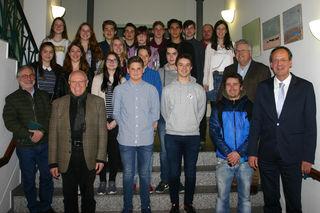 Oberbürgermeister Matthias Braun (rechts) vereidigte den achten Oberkircher Jugendgemeinderat.