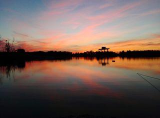 Sonnenuntergang hinter dem schönen Ossola Baggersee in Wagshurst