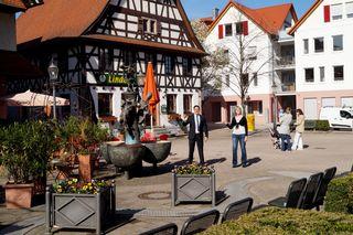 Sanierungs-Sachbearbeiterin Sonja Schimonowitsch und Bürgermeister Stefan Hattenbach auf dem Kappelrodecker Marktplatz