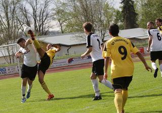 Nur selten sahen die Zuschauer im Renchtalstadion so spektakuläre Szenen im Spiel SV Oberkirch (gelbes Trikot) gegen den SC Offenburg.