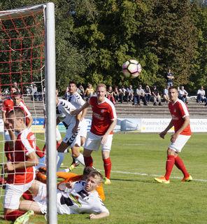 Schon im Hinspiel hatte die OFV-Abwehr (rotes Trikot) gegen den SC Freiburg Schwerstarbeit zu verrichten.