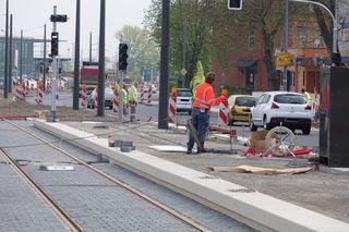 Die Bahnsteige der neuen Tram-Haltestelle auf Höhe des Kehler Bahnhofs werden gepflastert.