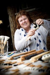 Brigitte Rösch entspannt beim Bürstenbinden.