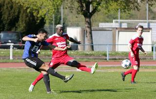 Im Verbandsliga-Derby zwischen dem SC Lahr (blaues Trikot) und dem SV Linx gab es spannende Szenen und keinen Sieger.