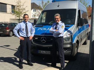 Revierleiter Guido Kühn (links) und sein Stellvertreter Wolfgang Becker vor dem neuen Mannschaftswagen des Polizeireviers Achern/Oberkirch