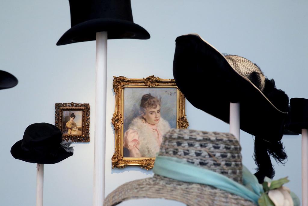Blick in die Ausstellung: vornehme Hüte von vornehmen Parallelgesellschaften