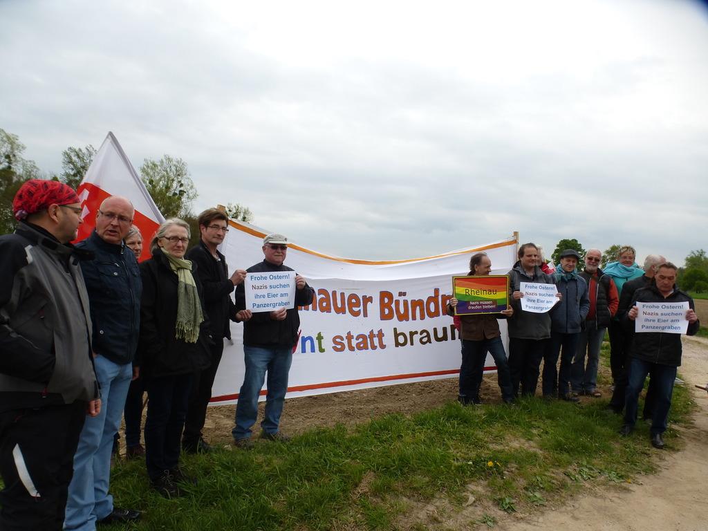 """Das """"Rheinauer Bündnis bunt statt braun"""" zeigte gemeinsam mit antifaschistischen Gruppen, Gewerkschaften, """"Die Linke"""", Ortsverein Kehl, kirchlichen Gruppen, der VVN-BdA und """"ver.di Südbaden"""" Flagge und war von 10 bis 13 Uhr zur Mahnwache vor Ort."""