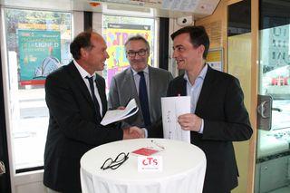 Der Betriebsführungsvertrag zwischen den TDK und der CTS wurde unterschrieben: Harald Krapp, Jean-Philippe Lally und Alain Fontanel (von links) bei der Unterzeichnung in einem am Kehler Bahnhof stehenden Tramzug.