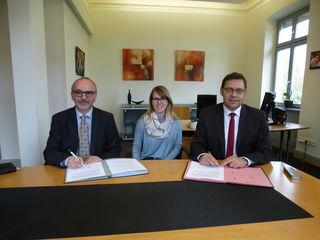Vertragsunterzeichnung (v. l.): Christian Heise, Geschäftsführer des BWLV, Stefanie Berger vom Fachgebiet Hochbau und Bauverwaltung sowie Oberbürgermeister Klaus Muttach
